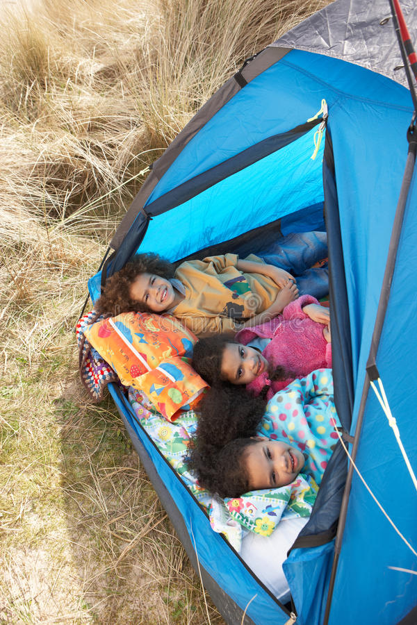 Kinder, die Spaß innerhalb des Zeltes an kampierendem Feiertag haben lizenzfreie stockfotos
