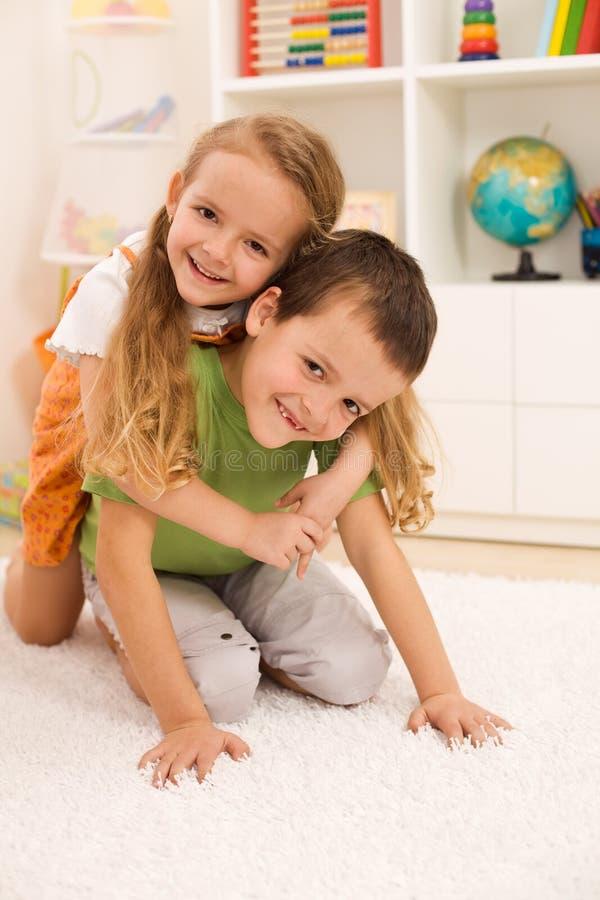 Kinder, die Spaß ringen und haben stockfotografie