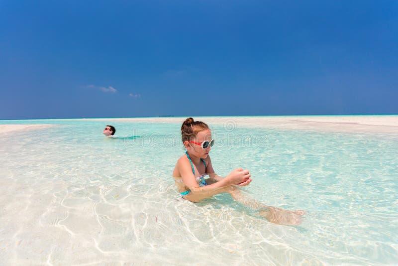 Kinder, die Spaß am Strand haben lizenzfreie stockfotografie