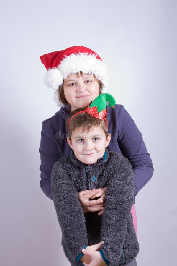 Kinder, die Spaß am Weihnachten haben stockfotografie