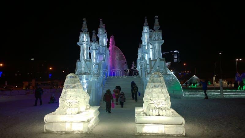 Kinder, die Spaß am Winter-Festival haben lizenzfreies stockbild