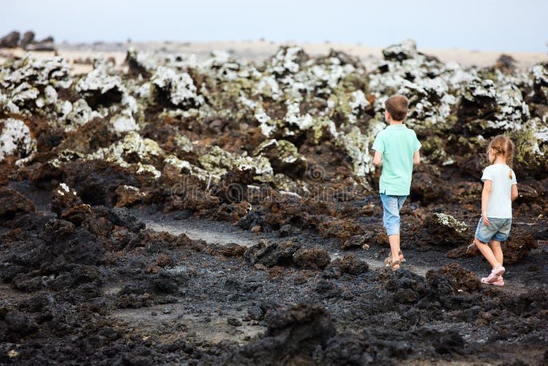 Kinder, die am szenischen Gelände gehen stockbilder