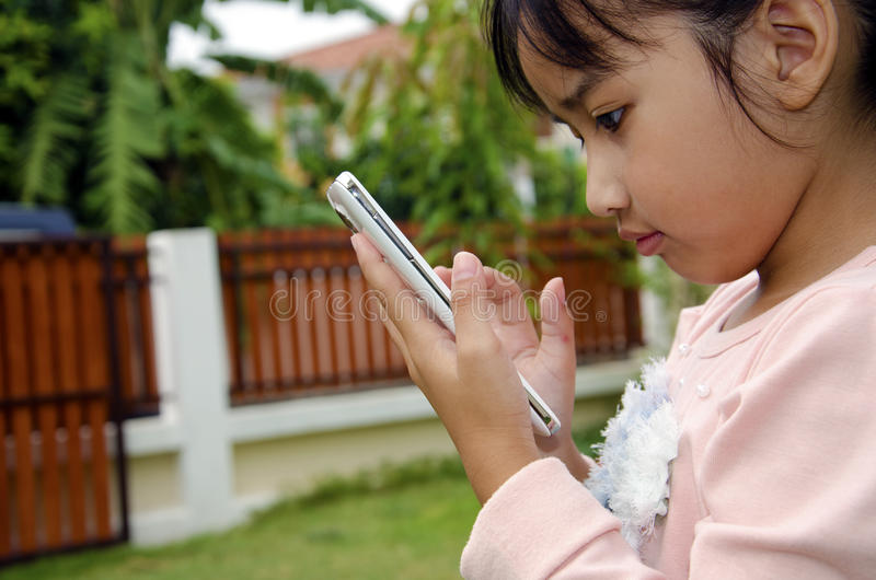 Kinder, die Telefon spielen stockfotos