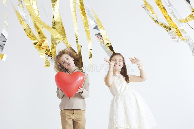 Kinder, die Valentinsgruß ` s Tag feiern lizenzfreies stockfoto