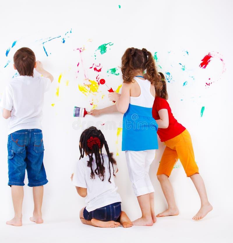 Kinder, die Wand malen stockfotos