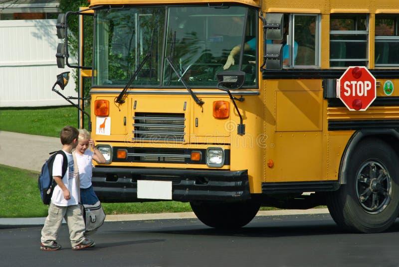 Kinder, die weg Bus erreichen stockfotos