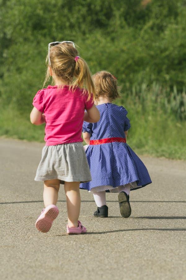 Kinder, die weg laufen lizenzfreie stockfotografie