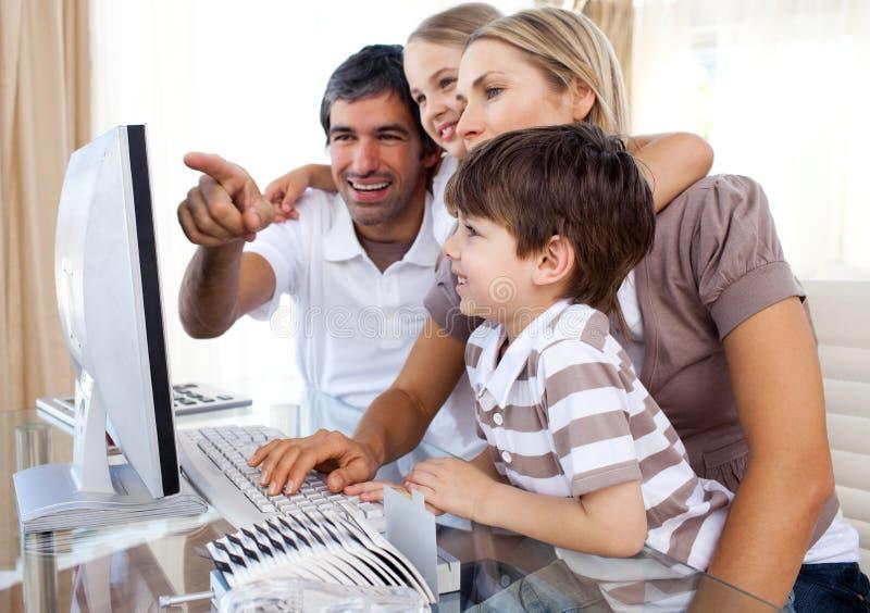 Kinder, die wie man einen Computer erlernen, benutzt stockbild