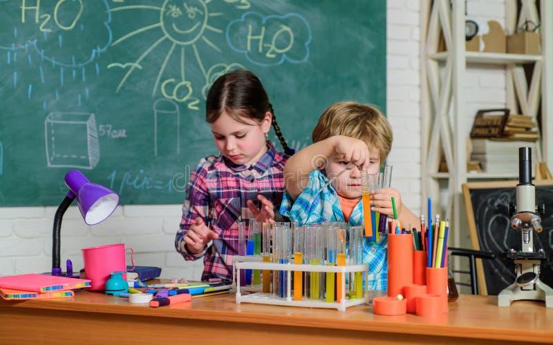 Kinder, die Wissenschaftsexperimente machen Ausbildung Elemente dieses Bildes geliefert von der NASA Chemielabor Gl?ckliche Kinde stockbilder
