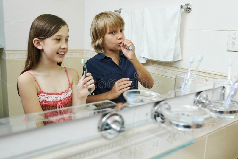 Kinder, die Zähne putzend genießen stockbild