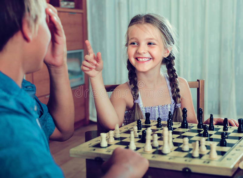 Kinder, die zu Hause Schach spielen stockfoto