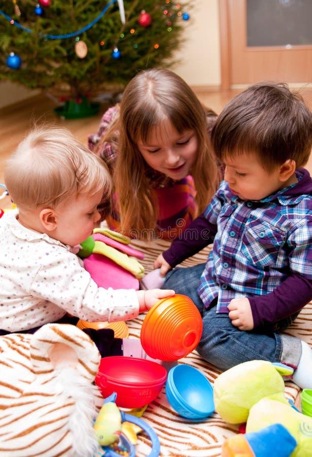 Kinder, die zu Hause spielen stockbild