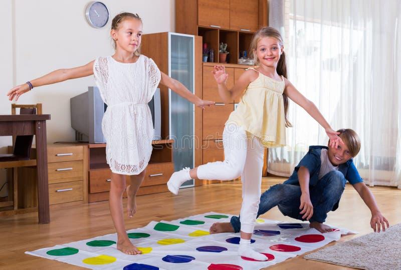 Kinder Die Zu Hause Twister Spielen Stockfoto Bild von