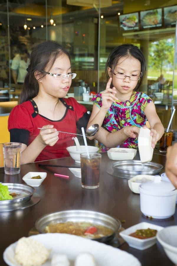 Kinder, Die Zu Mittag Essen Stockbild