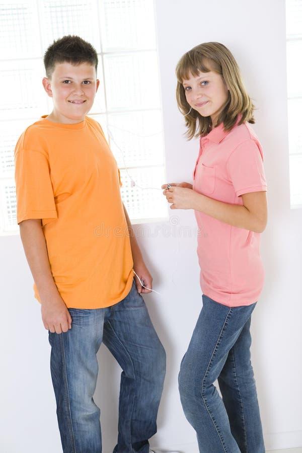 Kinder, die zu mp3 hören stockbild