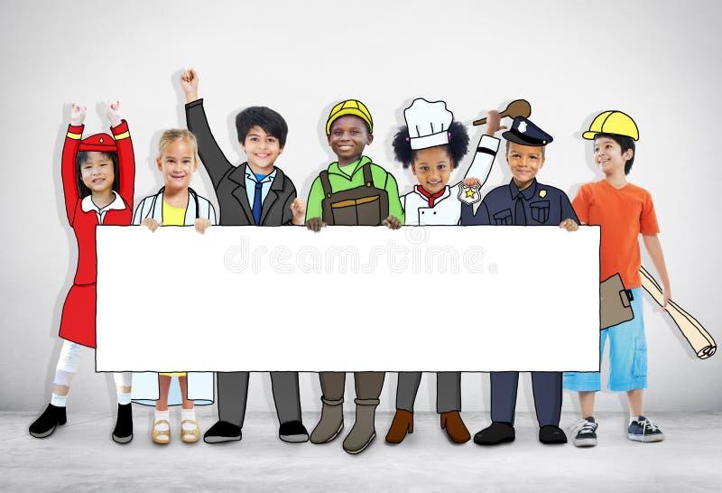 Kinder, die zukünftigen Job Uniforms tragen lizenzfreies stockbild