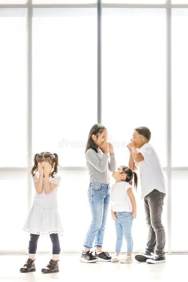 Kinder, die zum Freund einschüchtern stockfotos