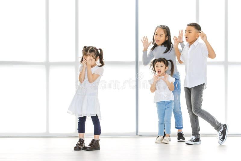 Kinder, die zum Freund einschüchtern stockbilder