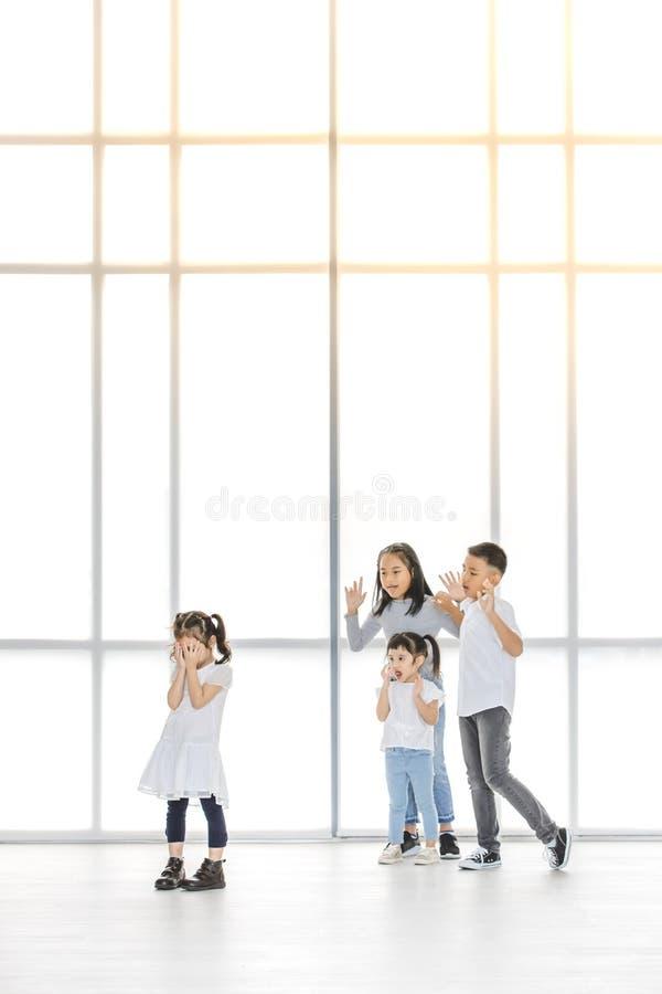 Kinder, die zum Freund einschüchtern stockfoto