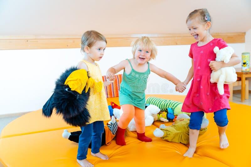 Kinder, die zusammen im Kindergarten spielen stockbild
