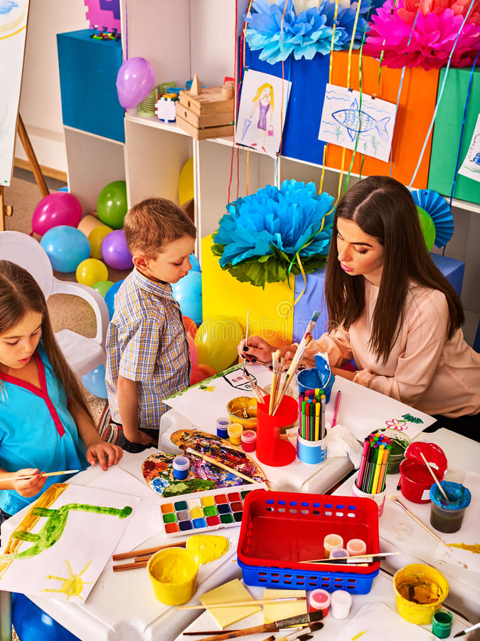 Kinder, die zusammen malen und zeichnen Handwerkslektion in der Grundschule stockbilder