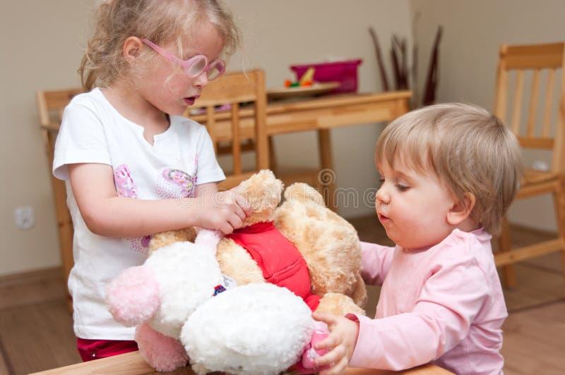 Kinder, die zusammen spielen stockbild
