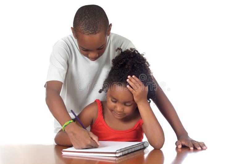 Kinder, die zusammen studieren lizenzfreie stockfotos
