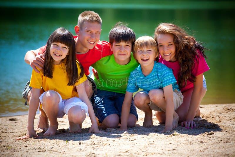Kinder durch See lizenzfreies stockfoto
