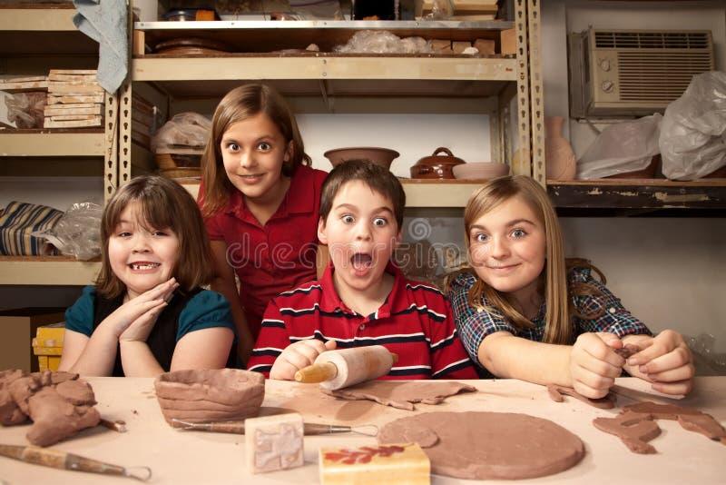 Kinder in einem Lehmstudio stockfoto