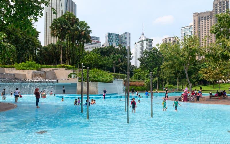 Kinder in einem Pool im Stadtgebiet in einem allgemeinen Park stockfotografie