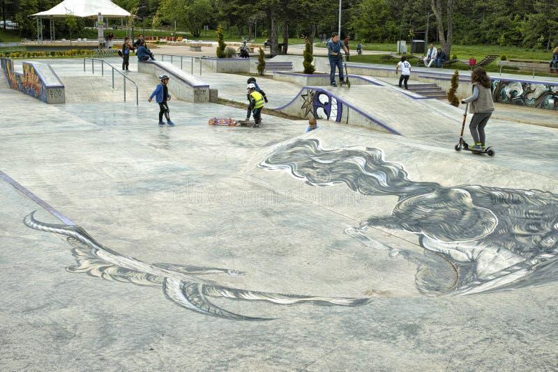 Kinder in einem Skatepark stockfotografie
