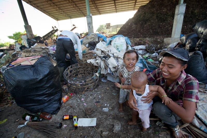Kinder in einer Aufschüttung stockfoto