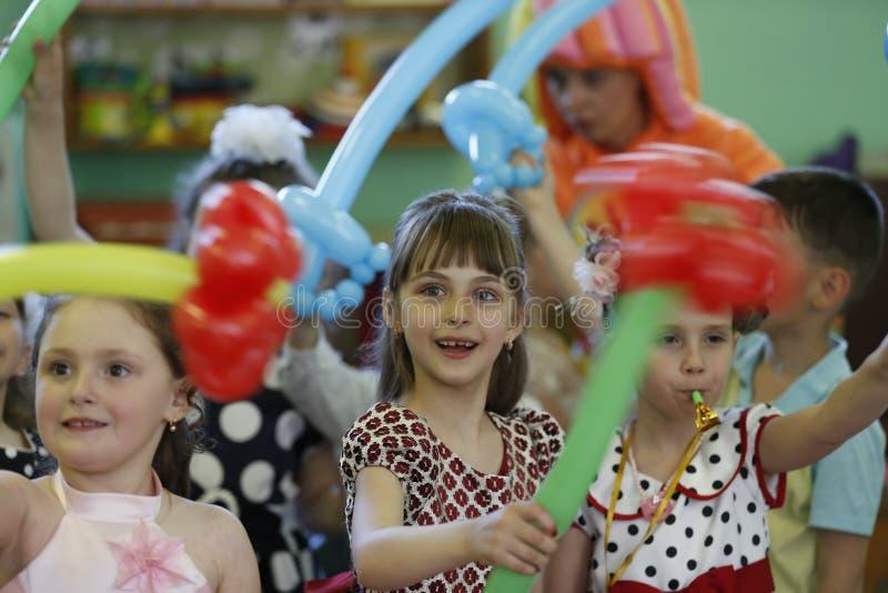 Kinder an einer Partei stockfotografie