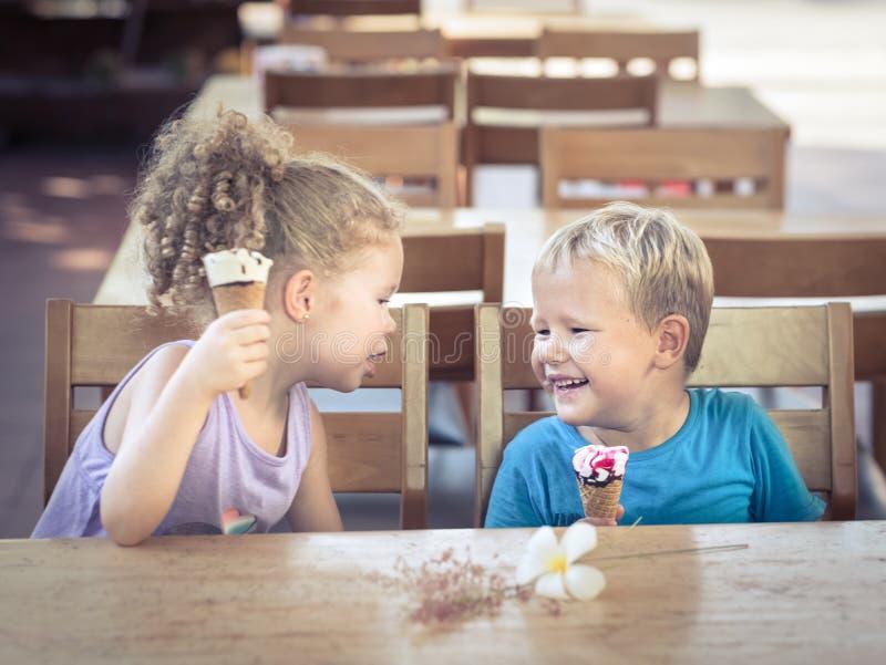 Kinder essen Eiscreme lizenzfreie stockfotos