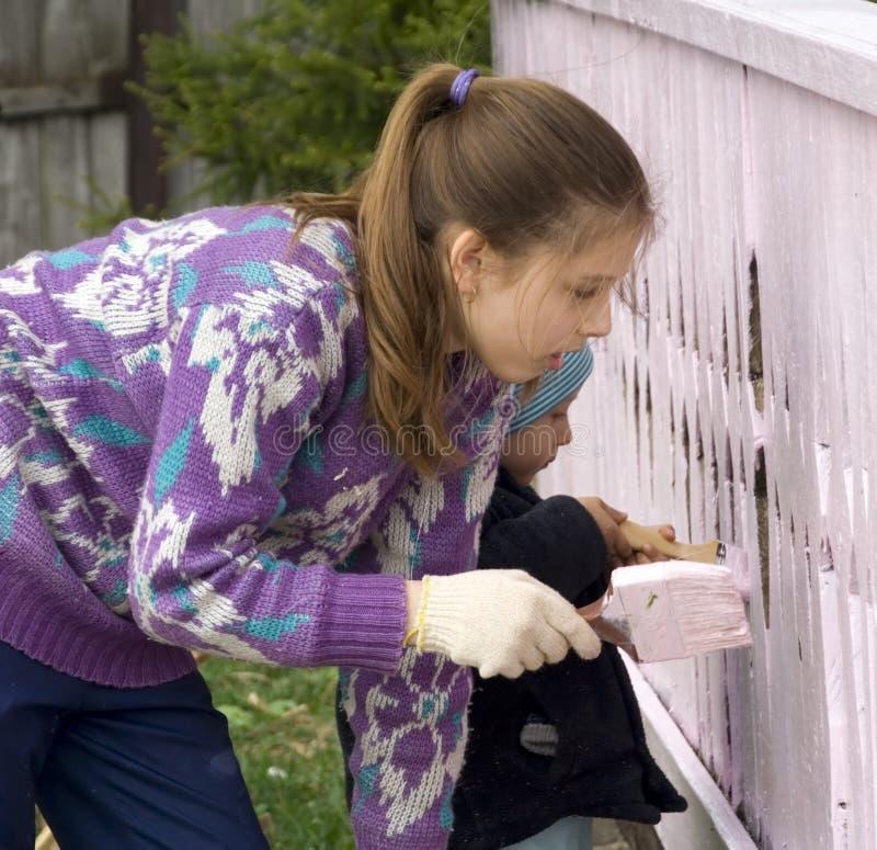 Kinder färben das Portal des landwirtschaftlichen Hauses   stockbilder