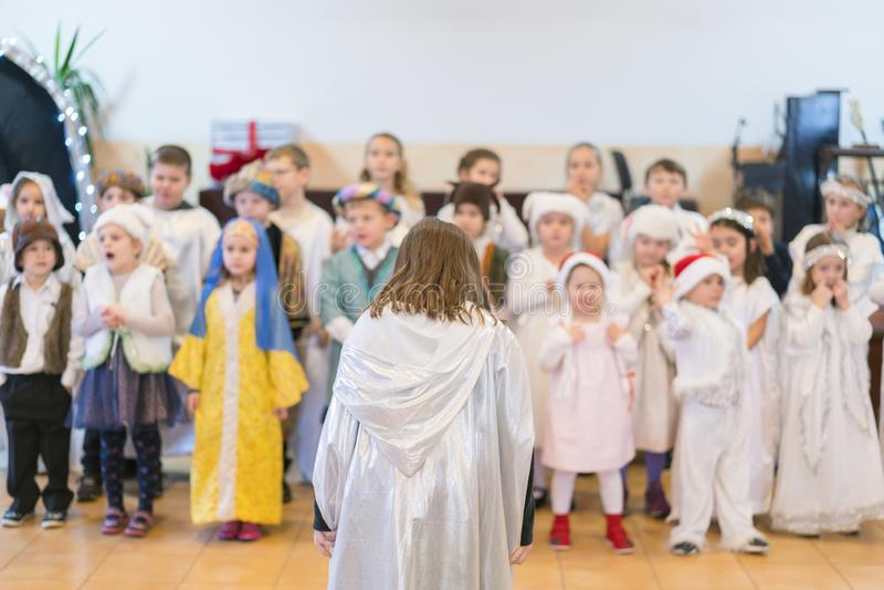 Kinder führen am Konzert in der Grundschule durch Die Theaterkreativität der Kinder, Amateurleistung im Kindergarten Kinder lizenzfreies stockbild