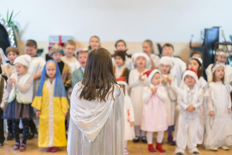Kinder f?hren am Konzert in der Grundschule durch Die Theaterkreativit?t der Kinder, Amateurleistung im Kindergarten Kinder stockfotos