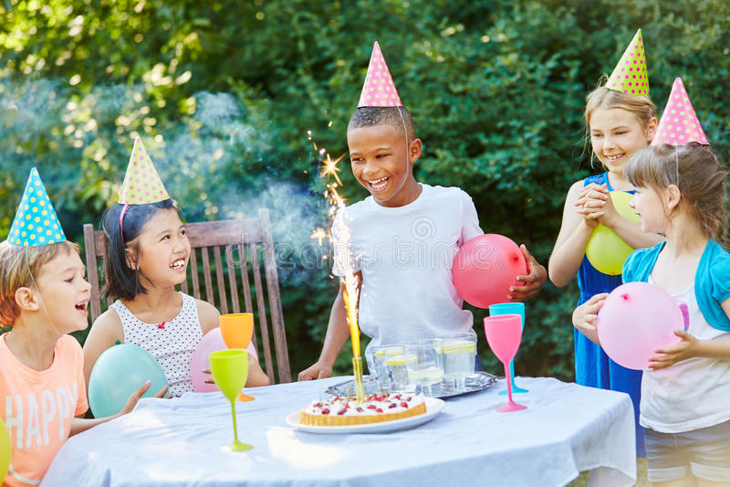 Kinder feiern die Geburtstagsfeier der Kinder stockfotos