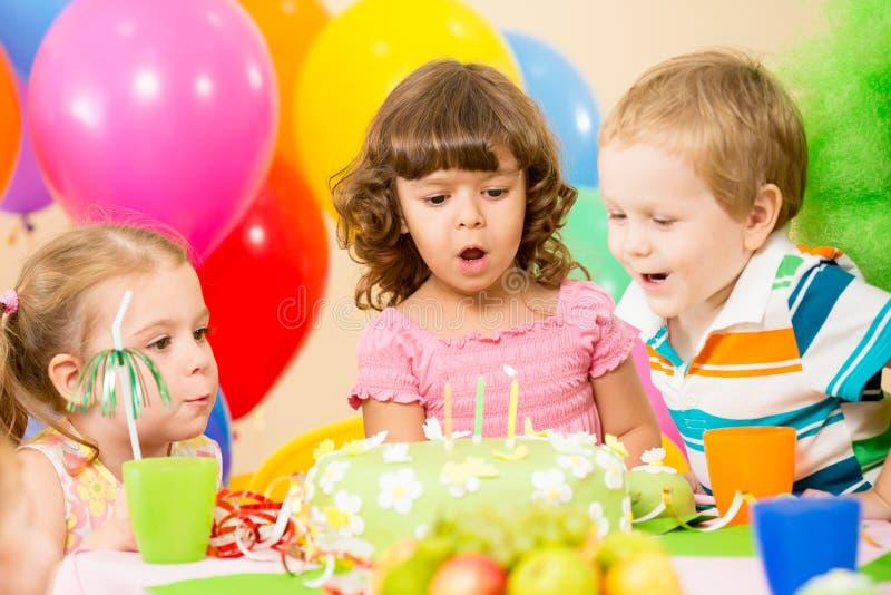 Kinder feiern durchbrennenkerzen der Geburtstagsfeier lizenzfreies stockbild