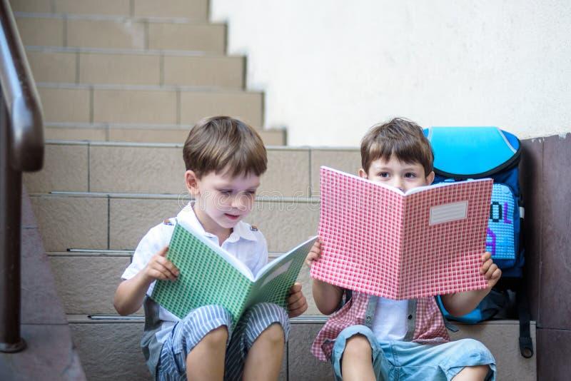 Kinder gehen zurück zur Schule Anfang des neuen Schuljahres nach summe lizenzfreies stockfoto