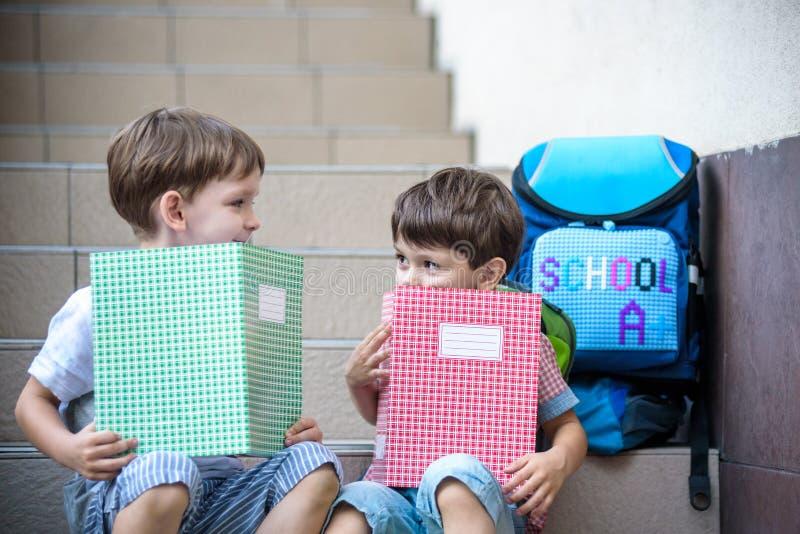 Kinder gehen zurück zur Schule Anfang des neuen Schuljahres nach summe lizenzfreie stockfotos