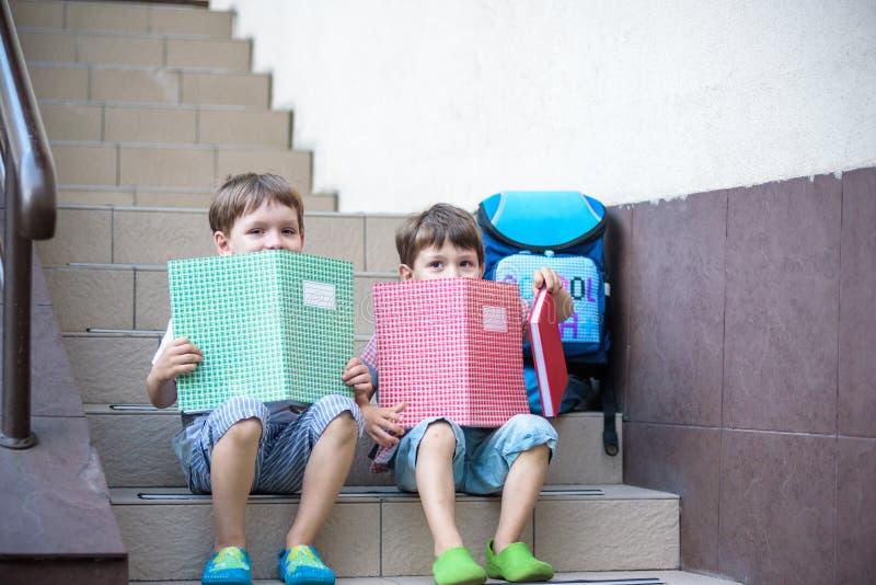 Kinder gehen zurück zur Schule Anfang des neuen Schuljahres nach summe stockfotografie