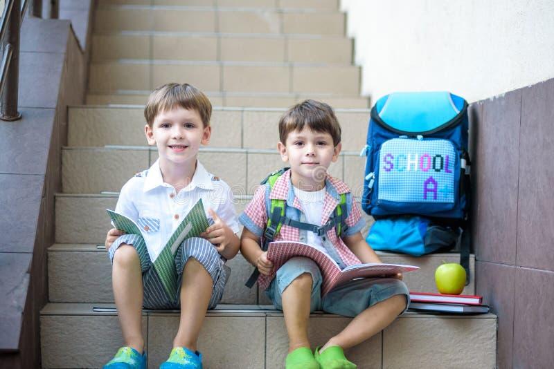 Kinder gehen zurück zur Schule Anfang des neuen Schuljahres nach summe stockfotos
