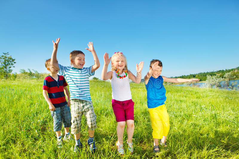 Kinder gruppieren an einem Sommertag stockbild