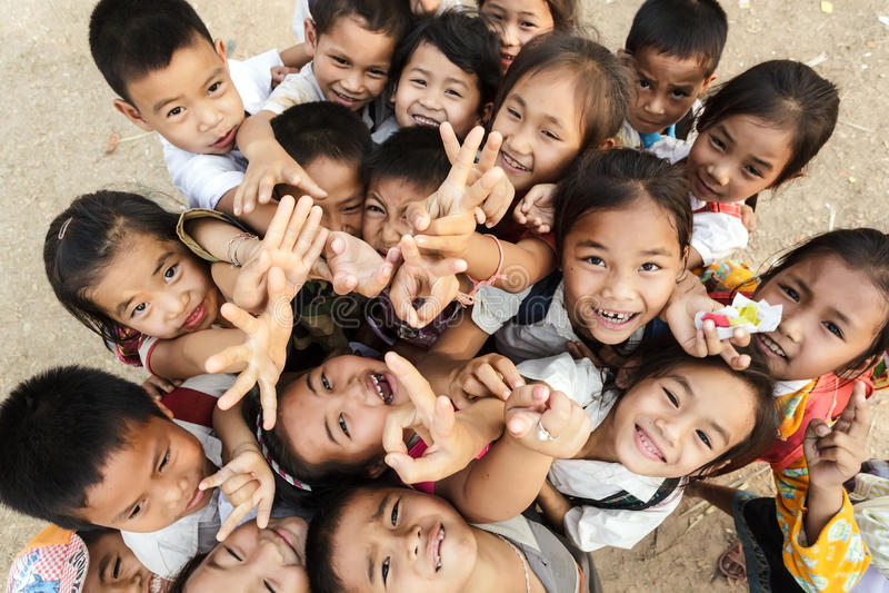 Kinder gruppieren in Laos lizenzfreies stockbild