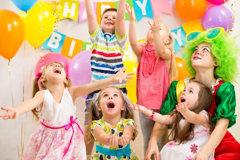 Kinder gruppieren mit dem Clown, der Geburtstagsfeier feiert lizenzfreie stockfotos