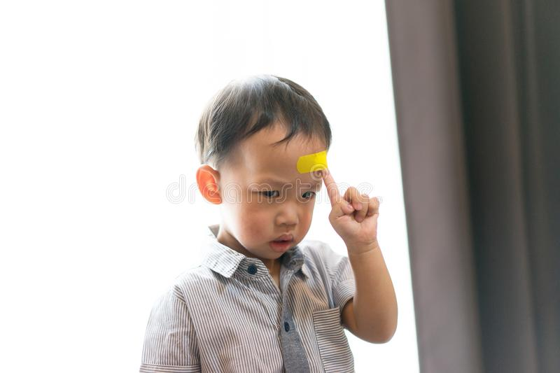 Kinder haben Geschwüre auf dem Kopf stockfoto