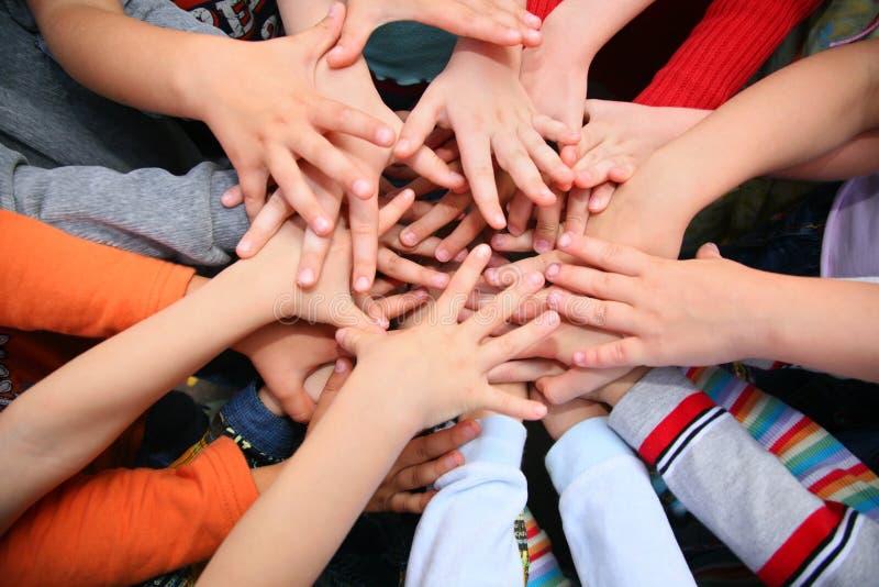 Kinder haben Hände zusammen kombiniert lizenzfreie stockfotos