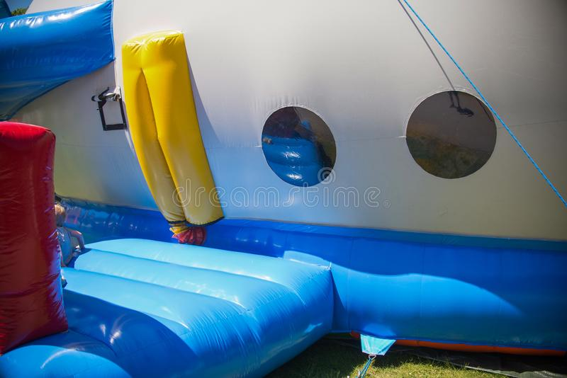 Kinder haben Schloss des Spaßes im Flugzeug im Park stockbild