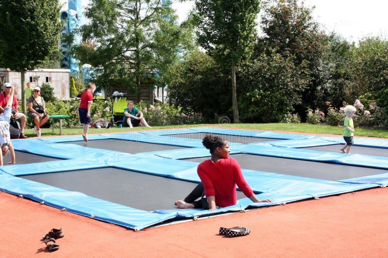 Kinder haben Spaß auf den inflatables stockbilder
